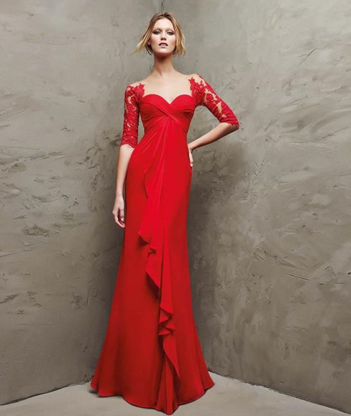 robe de soiree longue en rouge avec bustier et de la dentelle rouge sur les manches longues jusqu'aux coudes