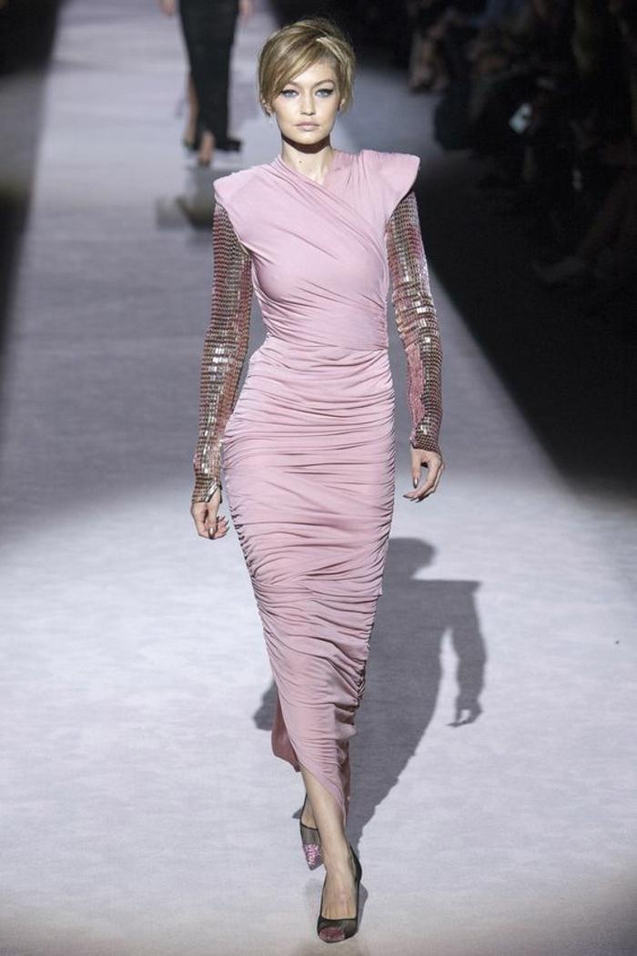 robe rose poudré robe de soirée longue avec des manches longues aux reflets métalliques et des effets de dunes sur la jupe longue