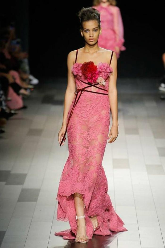 robe longue de soirée robe rose poudré avec des grandes fleurs en rose et rouge sur le décolleté et de la dentelle rose transparente
