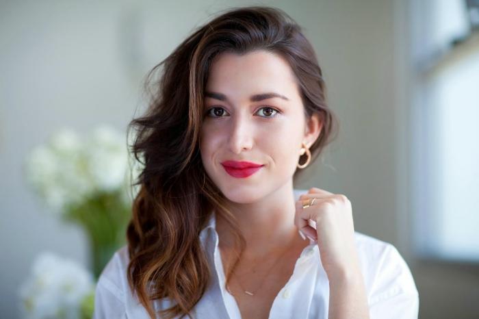 mettre du rouge a levre, technique maquillage facile pour lèvres rouges matte, femme aux cheveux châtain foncé bouclés
