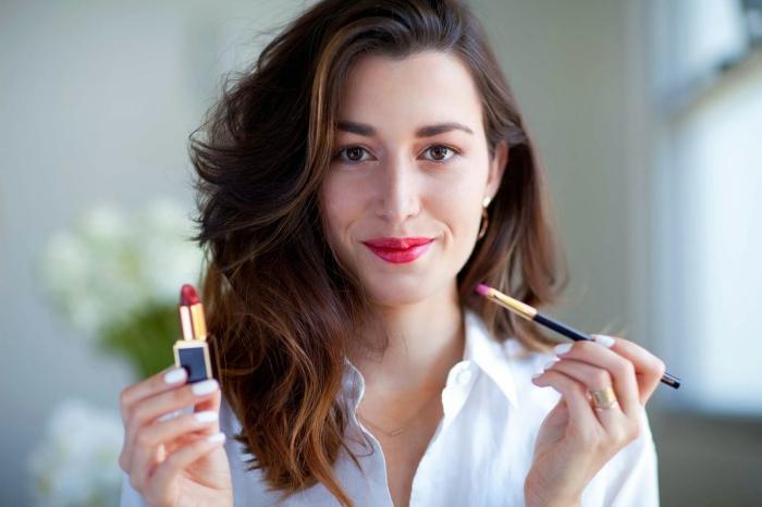 mettre du rouge a levre, produits cosmétiques pour les lèvres, maquillage femme aux yeux marron et lèvres rouges