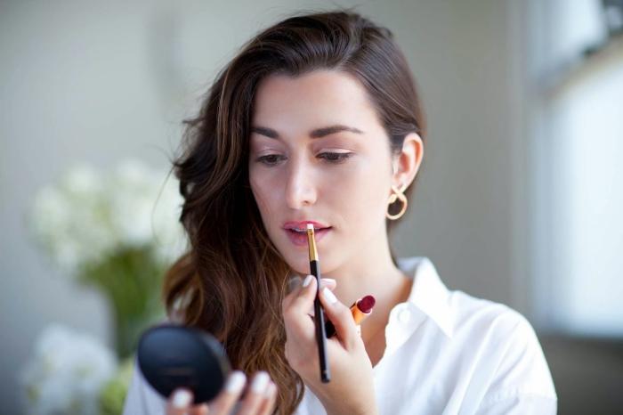 tuto maquillage, comment mettre rouge à lèvres avec un pinceau, dessiner les contours des lèvres au rouge bordeaux