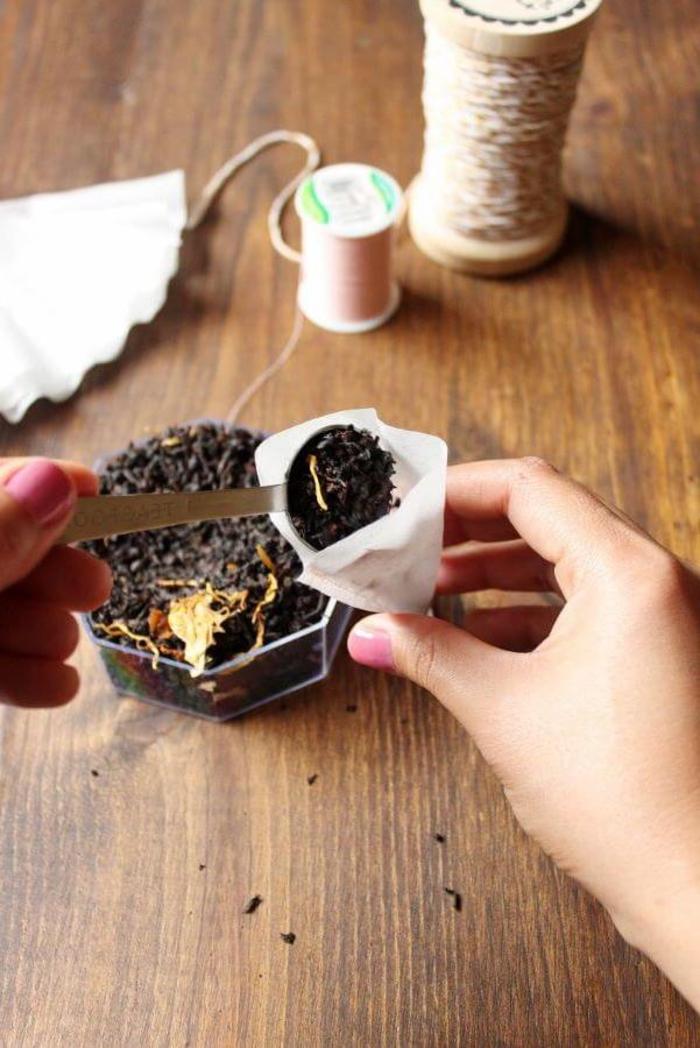 idées de cadeau à faire soi-même pour la saint-valentin, des sachets de thé personnalisés faits avec des filtres à café