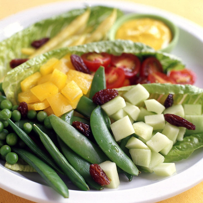 salade composé, joie salade avec des pois verts, des haricotss verts, une sauce au curry