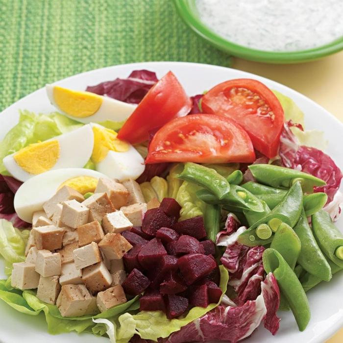 salade composé, salade avec tofu fumé, tomates, oeufs dûrs, haricots verts, feuilles de radicchio
