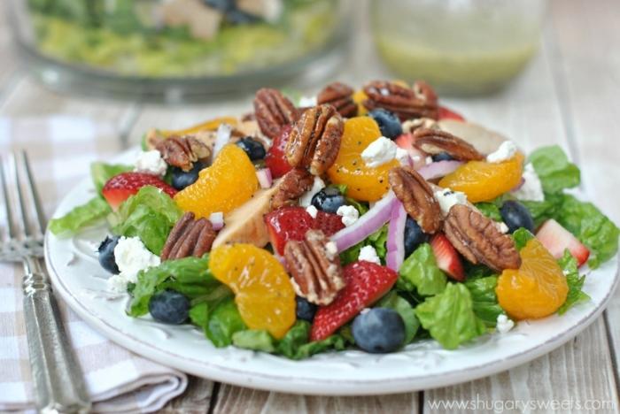 salade composée d'été aux oranges, noix de pecan, fraises, laitues, orange, myrtilles