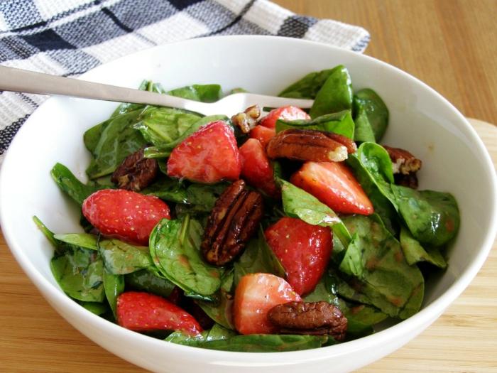 salade composée d'été, noix de pecan et fraises, épinards et dressing