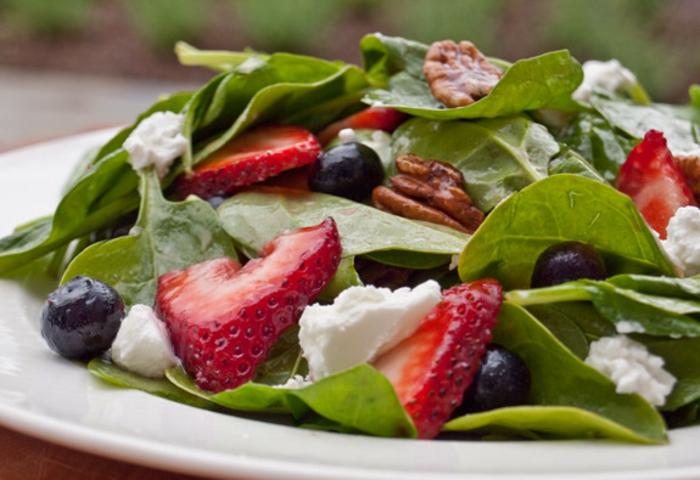 salade composée d'été, salade aux fraises et aux fromage de chèvre, myrtilles fraîches