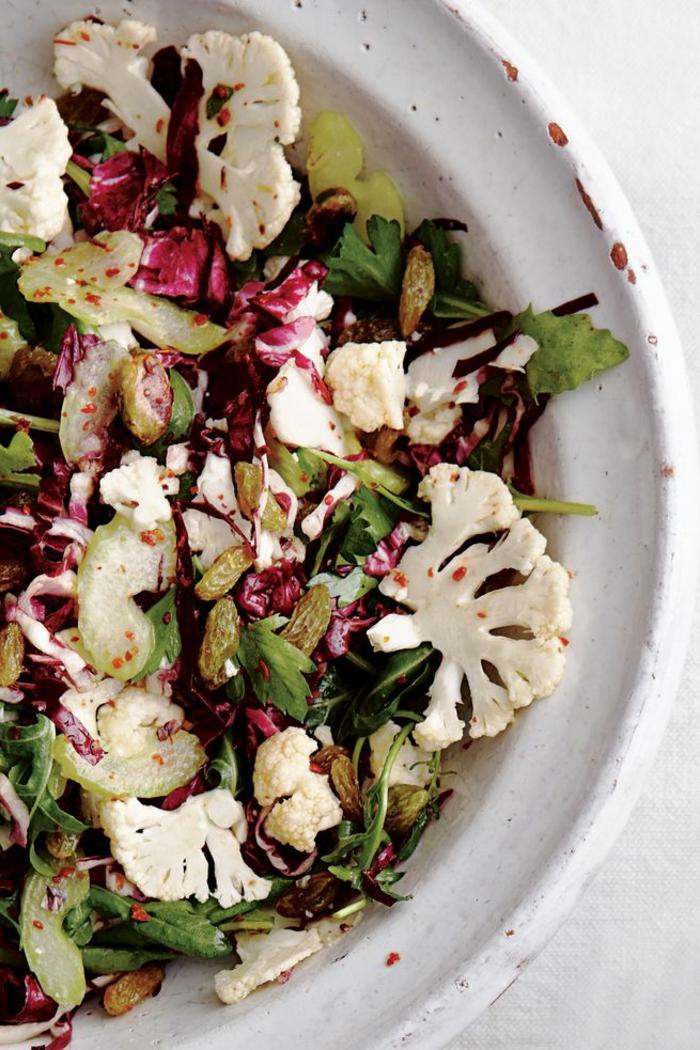 salade composée pour buffet froid, salade avec des raisins secs, choux fleurs et persil