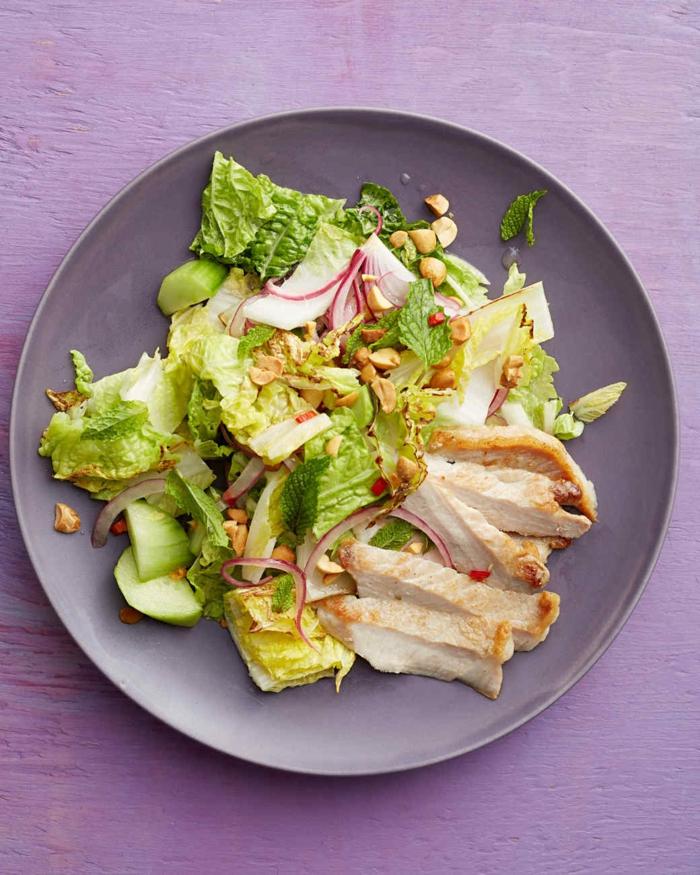 salade composée pour buffet froid, poulet, laitue, radis, concombress
