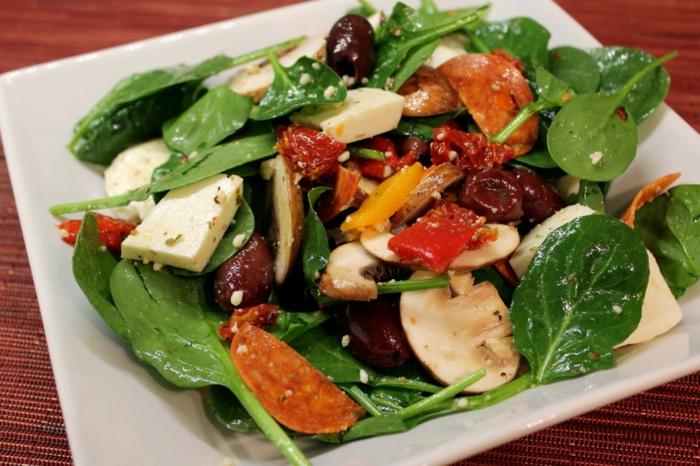 salade composée pour buffet froid, salade aux champignons et aux épinards avec fromage