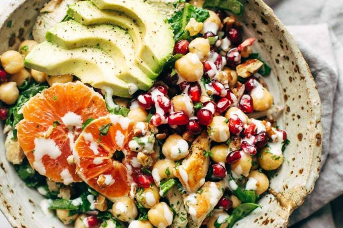 salade composée pour buffet froid, salade aux haricots, à la pomme grenade, à l'avocat et l'orange