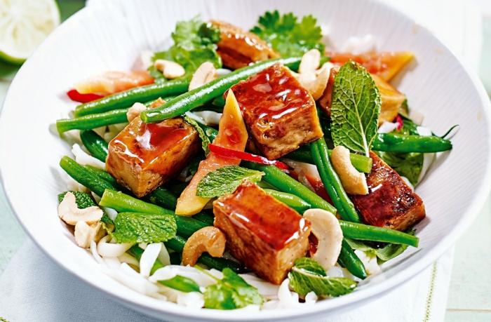 salade composée pour buffet froid, feuilles de menthe, haricota verts, tofu, noix de cajou