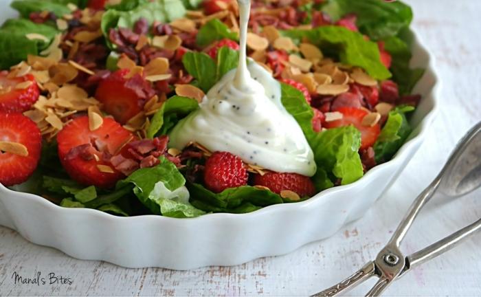 salade composée pour buffet froid, salade avec plusieurs fruits et légumes avec des noix effilés et une sauce blanche