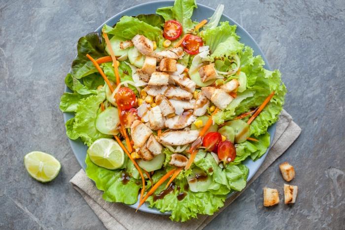 salade d'été pour barbecue, salade avec laitue, morceaux de viande rôtie
