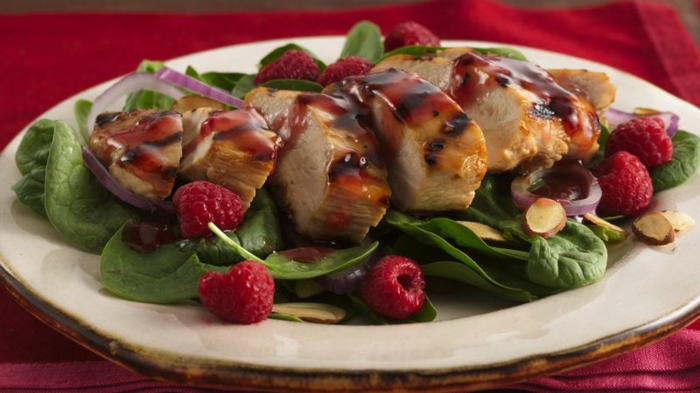 salade d'été pour barbecue, viande rôtie, framboises, épinards verts