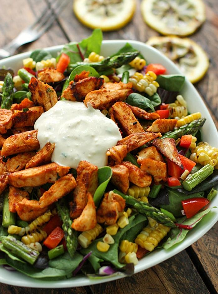 salade d'été pour barbecue, salade asperges et mais, poulet rôti et épinards