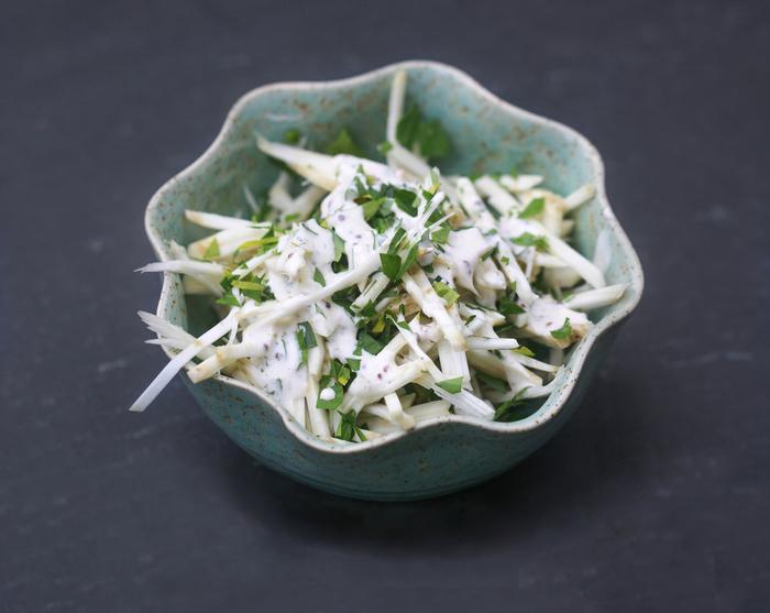 une salade d'hiver classique de céleri rémoulade au goût léger et savoureux