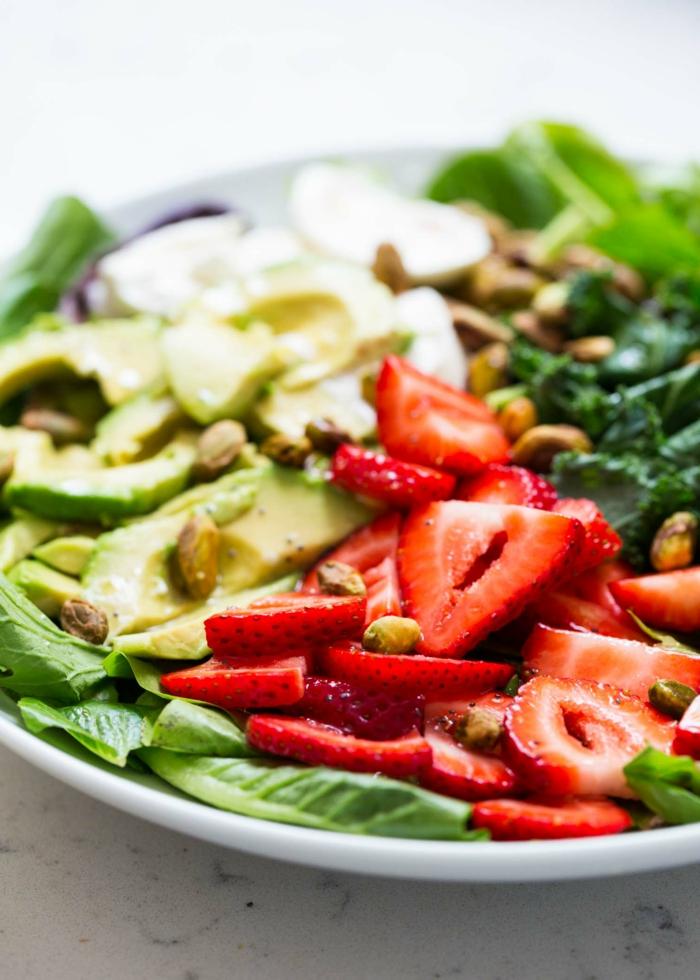 salade originale, salade jolie de caperses, fraises, laitue et épinards et avocat