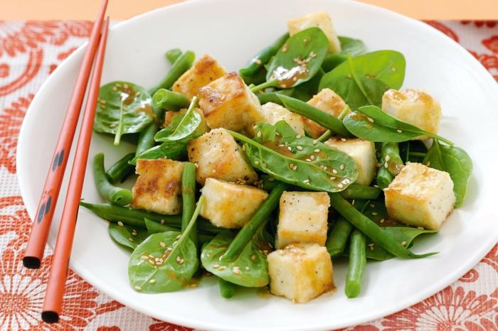 salade originale, petite salade saine et jolie avec halloumi et épinards