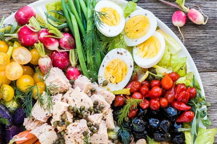 salade originale, tomates, petits fruits rouges, oeufs dûrs, radis et croutons