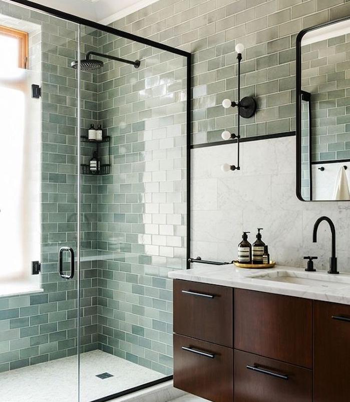 salle de bain bleu celadon, nuance vert d eau, cabine de douche avec portes en verre, meuble salle de bain en bois marron, miroir rectangulaire