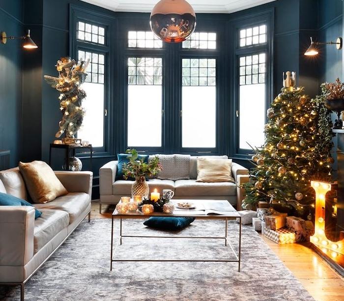 idée de salon bleu canard, teinte pétrole, décoré pour noel, tapis gris, canapé gris, coussins bleu canard et jaune, table basse originale