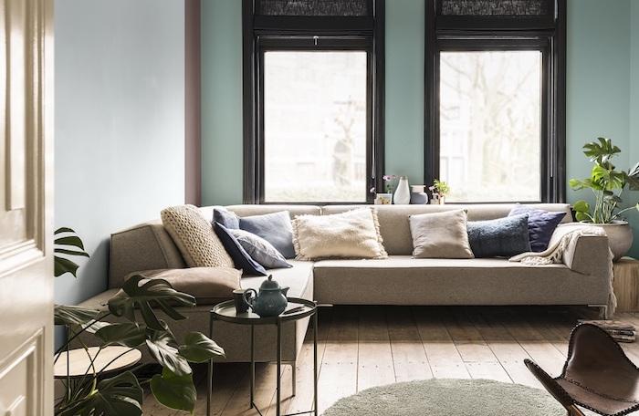 deco vert d eau, nuance céladon bleutée, aprquet clair, canapé gris, coussins beige, gris et bleu, table d appoint noire, chaise en cuir, plantes vertes