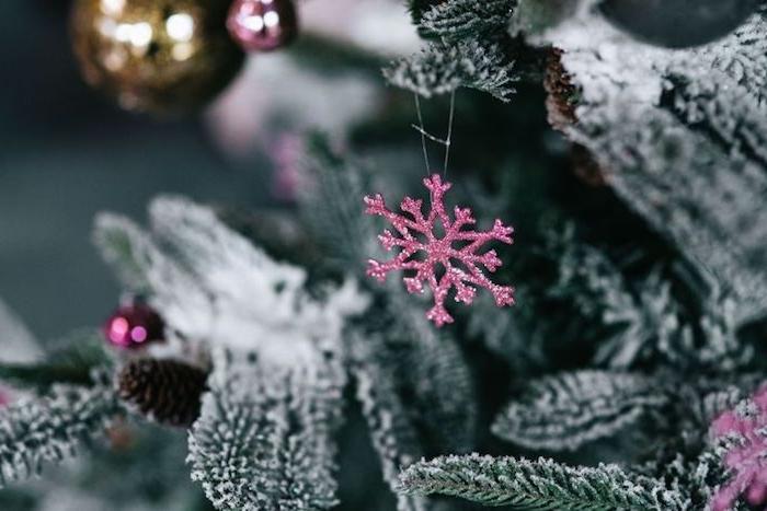 exemple de fond d ecran de noel, sapin enneigé avec ornements de flacon de neige mauve pailletée, et boules de noel