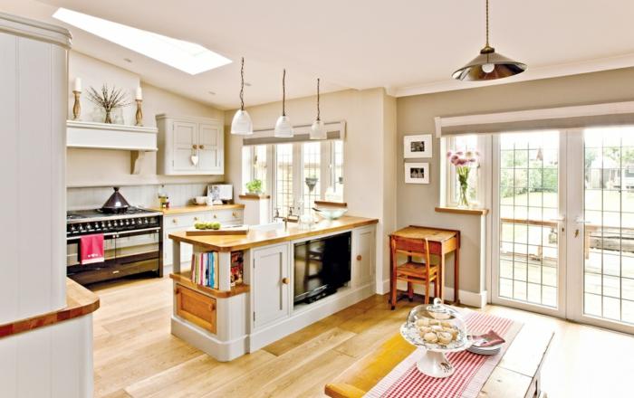 separation cuisine salon par un ilot central en bois, facade meuble cuisine blanche, parquet clair, amenagement espace style traditionnel