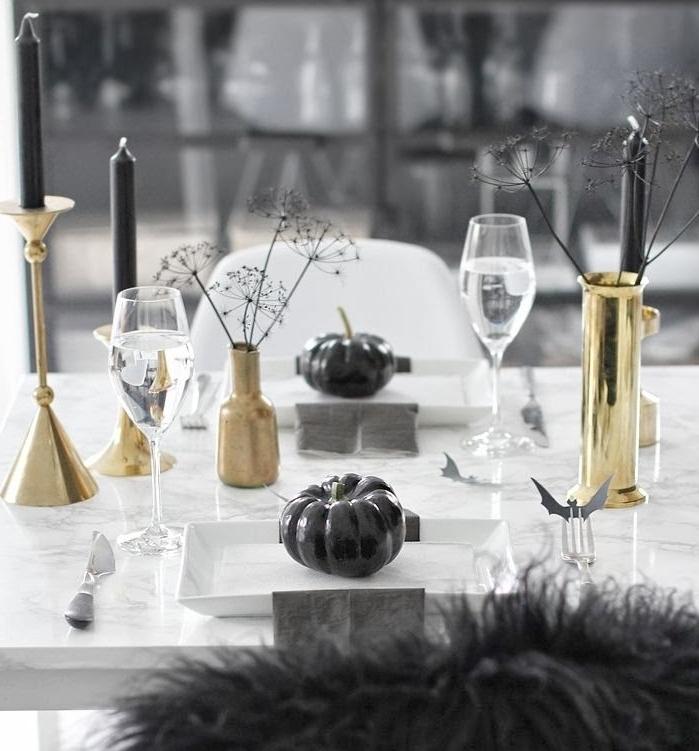 décoration de la table Hallwoeen en noir et blanc, table à manger en marbre avec bougeoirs en or