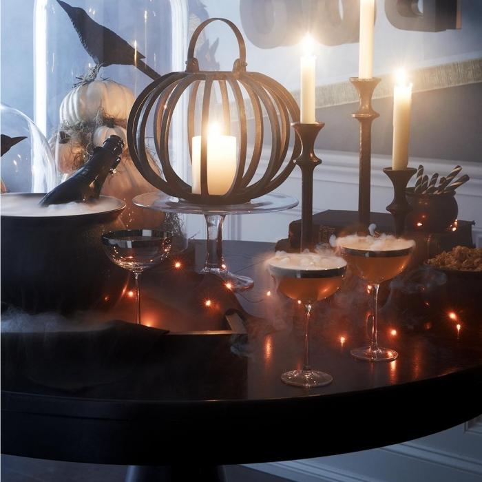 préparatifs halloween, déco de table avec verre de champagne et bougies, modèles de citrouilles blanches