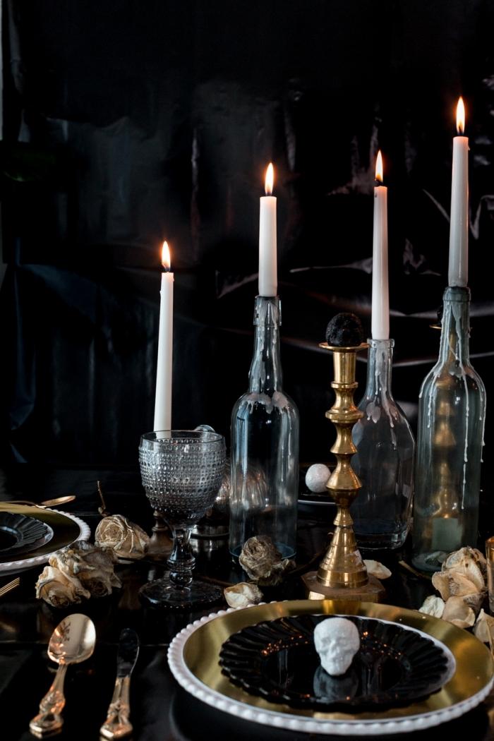 fête halloween avec déco de table thématique, assiette dorée avec petite crâne en polystyrène et bougeoirs