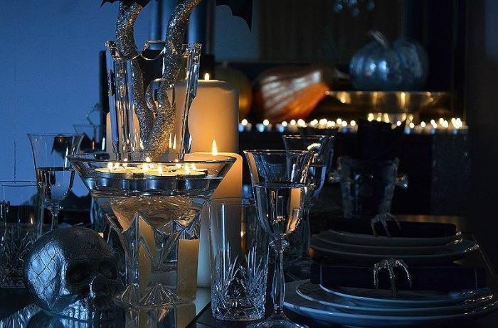 idée comment décorer la table à manger pour halloween, service table en verre avec assiettes et verres