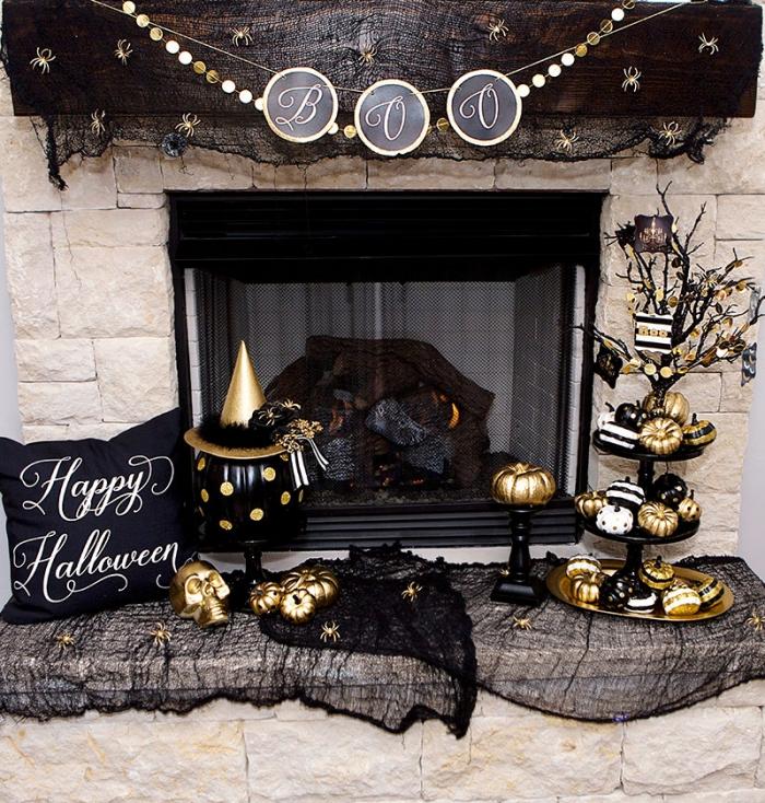 modele citrouille halloween, décoration de salon Halloween avec coussin noir et toile araignée en tulle noire