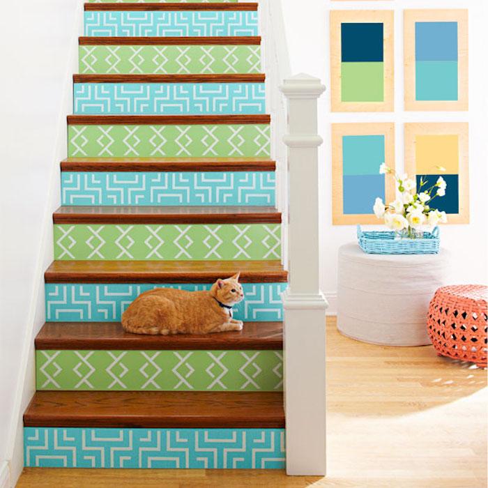 idée de stickes autocollants adhesifs à coller aux contremarches, motifs geometriques sur un fond bleu et ver, marches en bois, rampe blanche