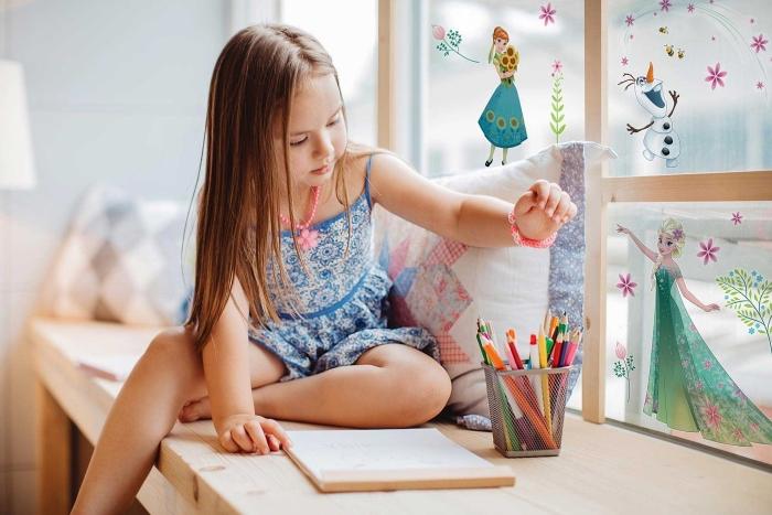 décoration chambre d'enfant à design Frozen, paroi en verre et bois avec stickers autocollants Elsa Olaf et Anna