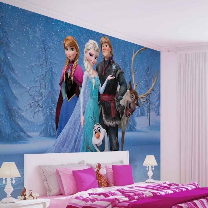 autocollant reine des neiges, couverture de lit et oreillers en rose et blanc, chambre d'enfant aux murs blancs et sticker mural Frozen