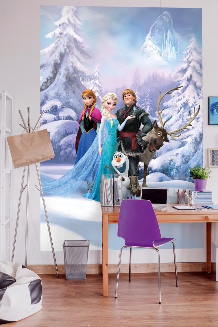 autocollant reine des neiges, décoration espace bureau d'étudiant à design Frozen, chambre d'enfant aux murs blancs et plancher en bois