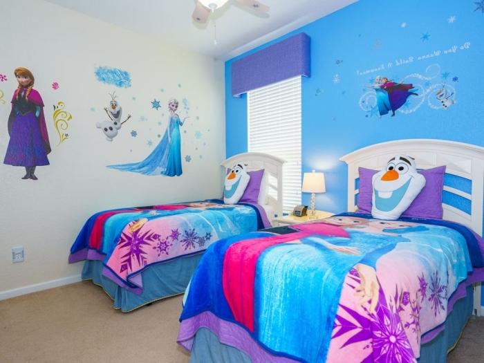 deco chambre fille, stickers autocollants Elsa et Anna sur murs blancs, housse de couette la reine des neiges