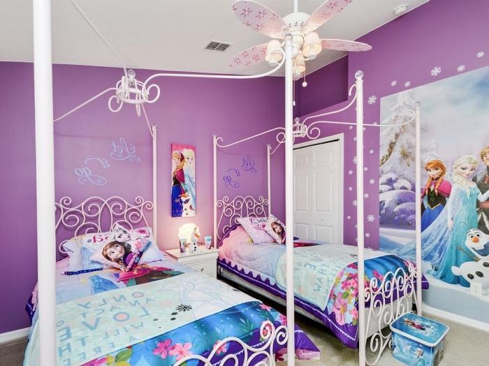deco chambre fille, lit pour fille avec cadre blanc à motifs volutes, housse de couette la reine des neiges