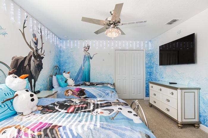 deco reine des neiges, chambre d'enfant au plafond blanc et murs à design Frozen, Olaf en peluche