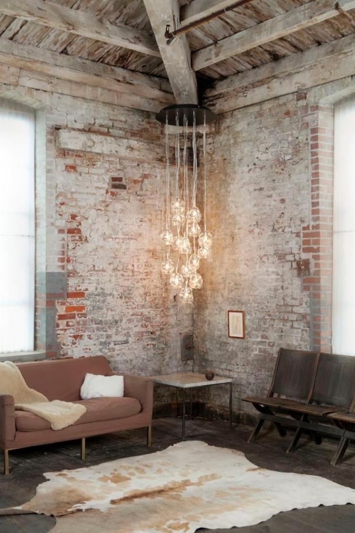 accessoires décoratifs pour chambre loft, suspension luminaire en style industriel, canapé pastel avec coussins décoratifs