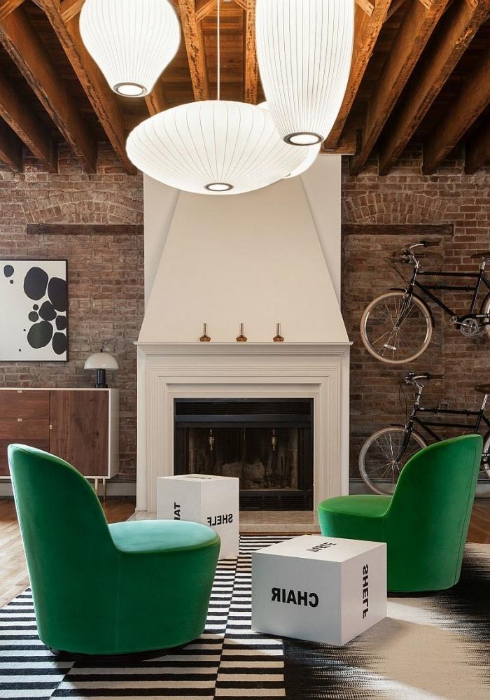 idée aménagement de salon en style loft, revêtement des murs en briques avec cheminée blanc et noir