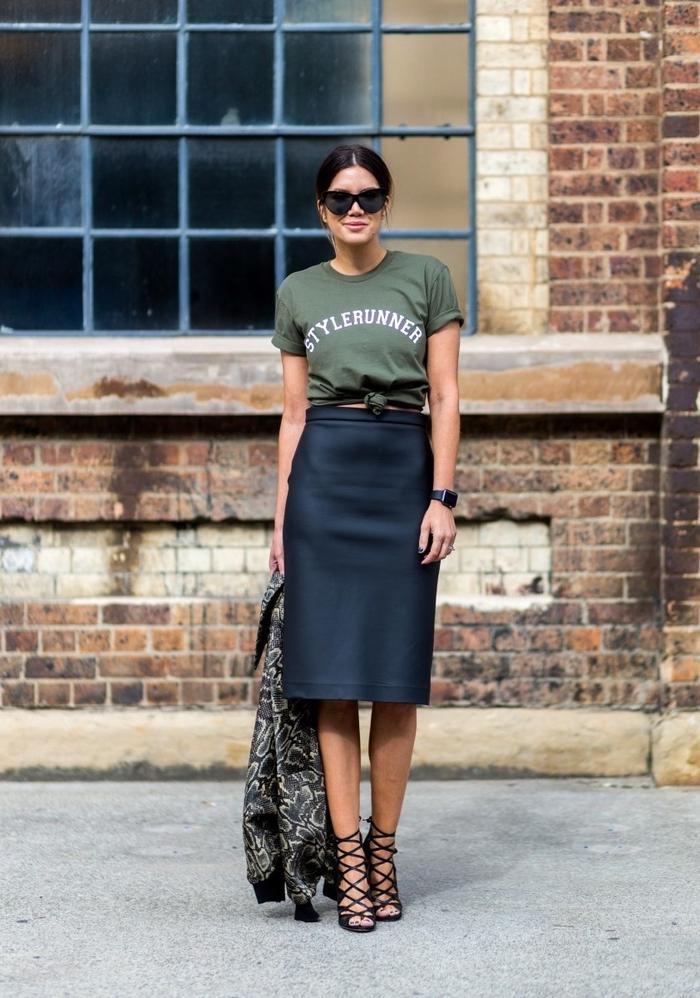 une veste kaki femme à imprimé floral associée à un t-shirt à bas noué et une jupe droite noire