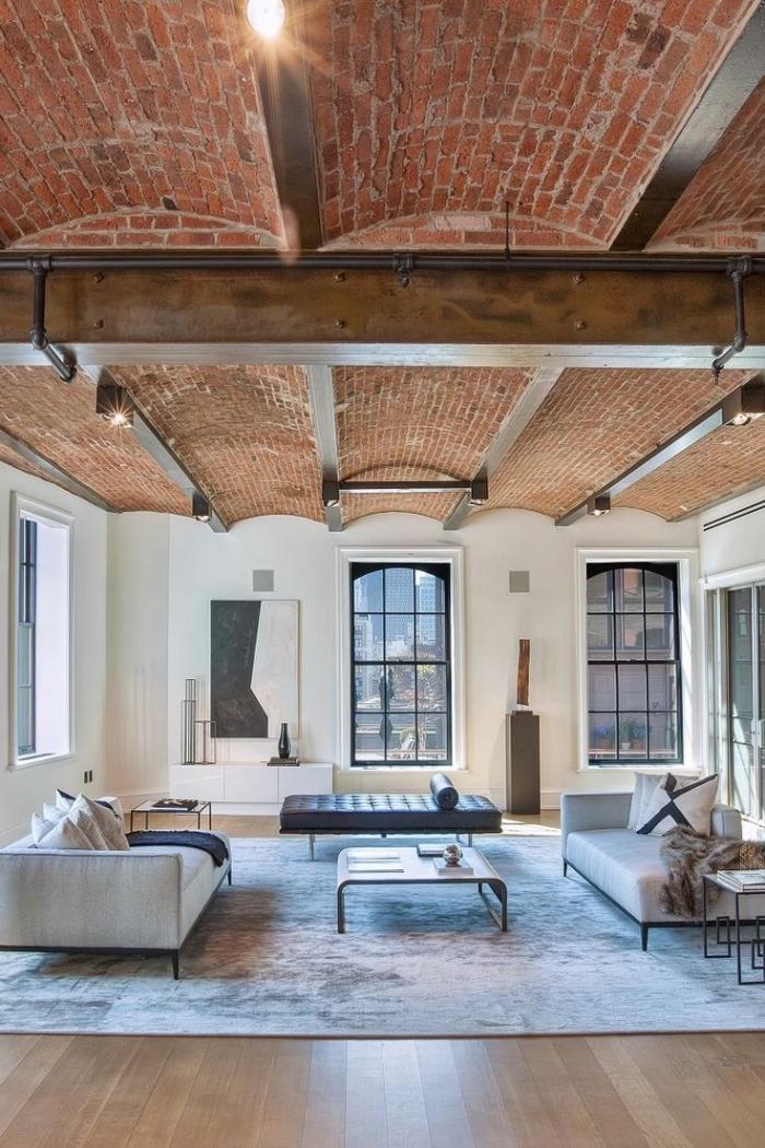 meuble style industriel, chambre loft au plafond en briques rouges et plancher en bois stratifié clair