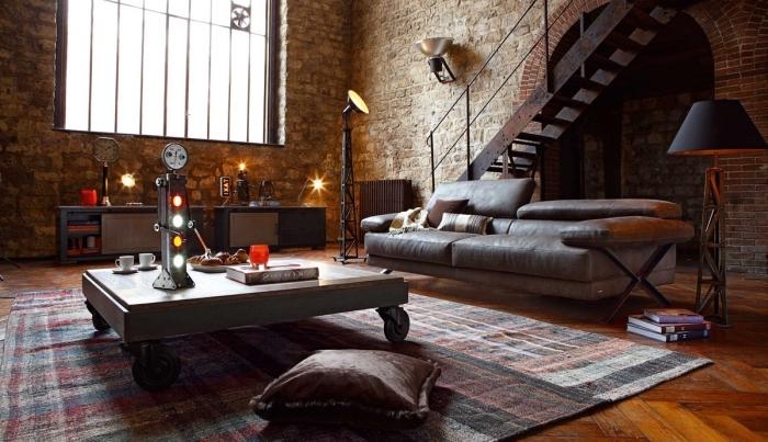 armoire industrielle, tapis rectangulaire en rouge gris et noir, modèle de table basse en bois et canapé en cuir gris