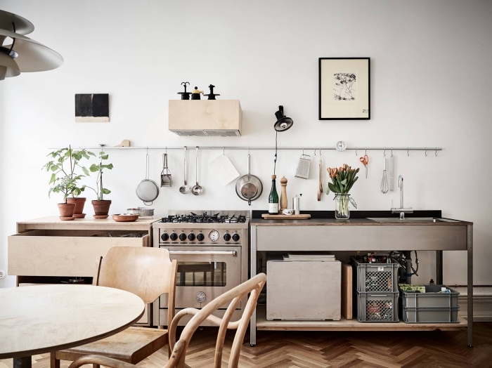 amenagement cuisine, meubles de cuisine en bois clair, revêtement de sol en bois avec peinture murale en blanc