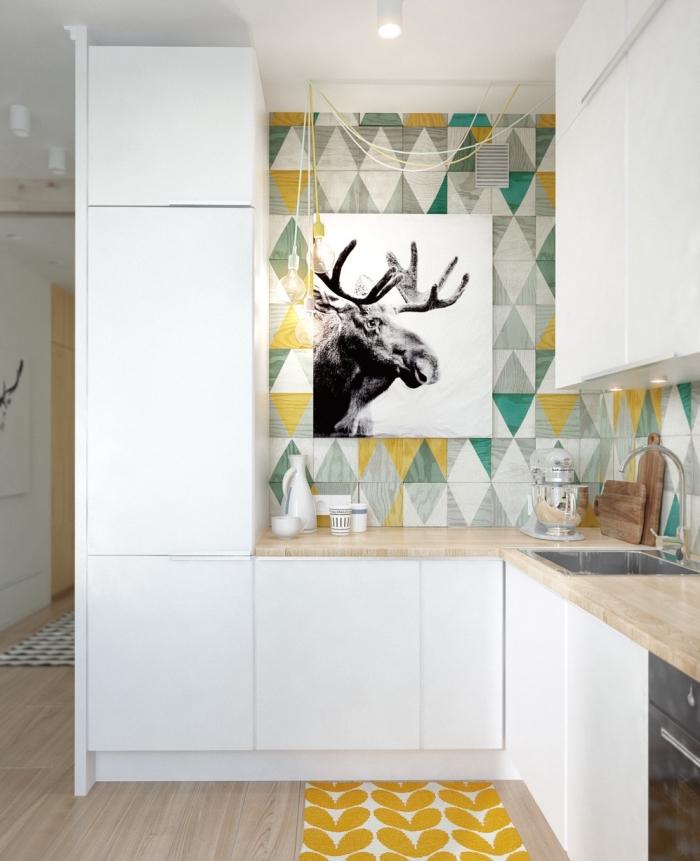 cuisine équipée, papier peint à design scandinave aux motifs triangulaires jaune et vert, meubles de cuisine blancs sans poignées