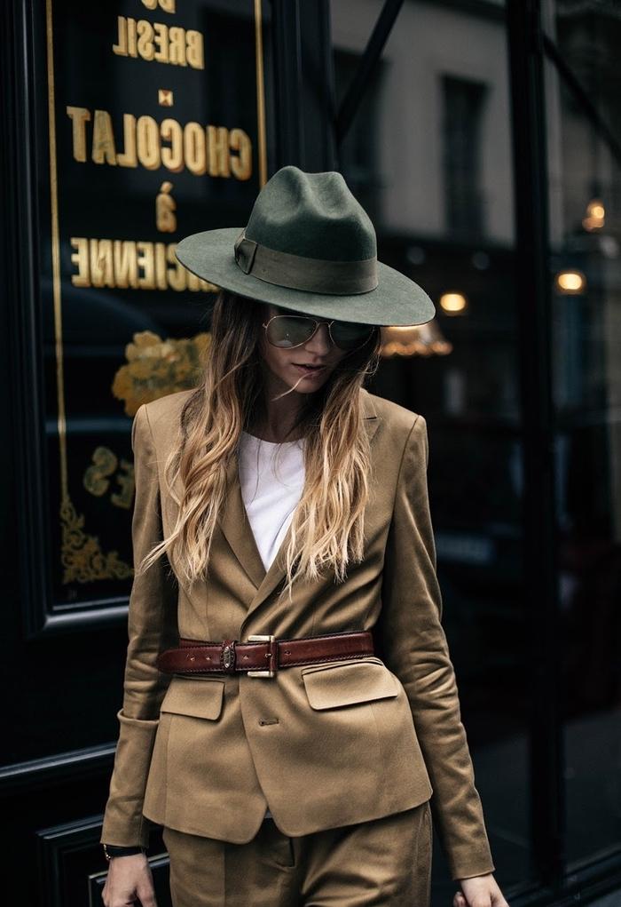 look chic inspiré du vestiaire masculin et son costume d'homme emblématique en associant un pantalon kaki femme large et un blazer ceinturé de la même couleur